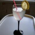 Сделайте маленький огонь и варите компот на протяжении 20 минут. Готовый домашний напиток снимите с огня, накройте крышкой и пусть настаивается и остывает. Разлейте банановый компот по стаканам, украсьте кружочком лимона или апельсина. Вставьте трубочку и наслаждайтесь приятным и вкусным напитком.