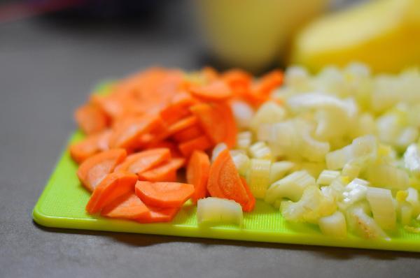 Морковку и сельдерей нарезать произвольно.