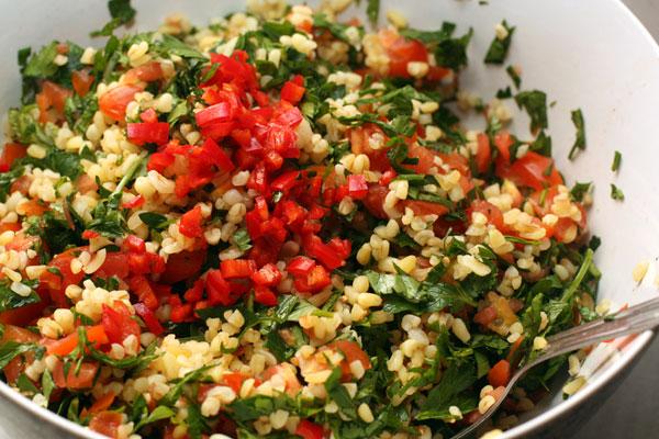 Спелый, но не слишком мягкий помидор нарежьте как можно мельче. У перца чили удалите семена, а сам перец тоже мелко нарежьте.   Чем острее будет нож, тем легче будет вам.