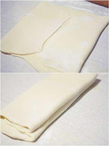 Первый поворот. Выкладываем тесто длинной стороной к себе и раскатываем в прямоугольник толщиной около 6 мм, длинной стороной к себе. Не забываем хорошенько припылять мукой рабочую поверхность и само тесто, чтобы не липло. Стряхиваем излишки муки и снова складываем тесто, как конверт: сначала одну треть, потом вторую, осторожно натягивая края. Легонько прокатываем скалкой -- и в холодильник на 2 часа.