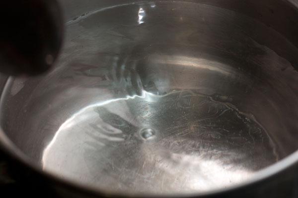 В небольшом сотейнике доведите воду до кипения и убавьте нагрев, чтобы вода не бурлила, а была на грани кипения. Интенсивно размешайте воду по кругу, чтобы в центре получилась воронка.