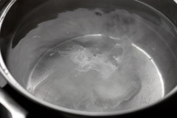 Аккуратно разбейте яйцо в центр воронки, держа его как можно ближе к воде.  Можно предварительно вылить его в чашку, а затем уже в кастрюлю. Варите яйцо 3-4 минуты, чтобы белок схватился, а желток только согрелся и чуть загустел.  Если вы варите несколько яиц сразу, воронку делать не надо, просто аккуратно вылейте яйца в воду одно за другим.