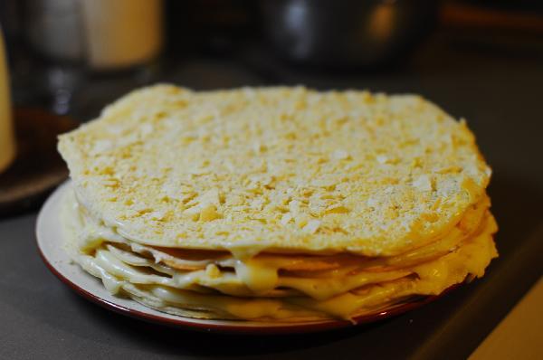 Восьмой корж (самый хрустящий) превратить в крошку с помощью скалки или блендера. И посыпать ей готовый торт.  Дать торту пропитаться, поставив в холодильник на 8 - 10 часов.