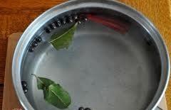 Подготовим сначала посуду для горчицы. Это будут небольшие стеклянные банки с крышками. Банки необходимо тщательно промыть и вытереть насухо бумажным полотенцем. Крышки тоже нужно тщательно вымыть и вытереть.
