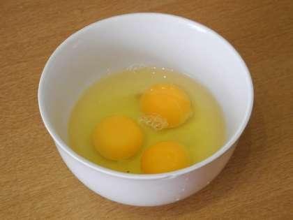 Яйца вылить в глубокую чашку