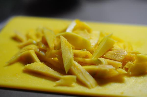 Очистите манго от кожуры, нарежьте небольшими дольками.
