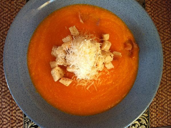 Залить бекон супом. Посыпать пармезаном. Подавать с сухариками.