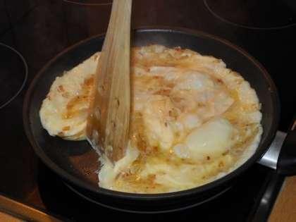 Как только низ омлета прихватится, отодвинуть край и дать жидкому слою вылиться на сковородку. Так повторять несколько раз.