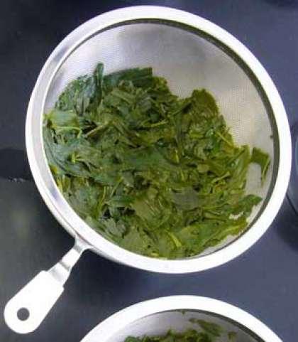 Для начала самостоятельно заварим зеленый чай. Поставьте на огонь чайник и кастрюлю с водой. При этом рассчитайте так, чтобы чайник закипел быстрее. В чашку насыпьте две чайные ложки зеленого чая, и как только в чайнике закипит вода, залейте заварку на 30 секунд, после воду слейте. Благодаря такой обработке, чайные листья раскроются, а пыль после переработки сойдет. В этот момент должна закипеть кастрюля с водой. Выложите в кастрюлю промытые листья и на медленном огне заварите чай около трех минут.