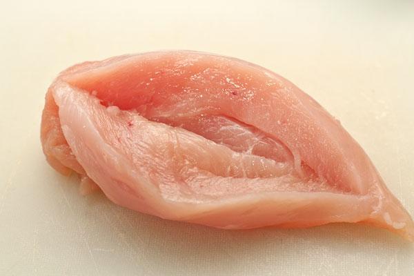 Филе куриной грудки надрежьте в самом толстом месте, чтобы мясо можно было «раскрыть» наподобие книжки.