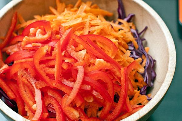 Очищенную морковь натрите на крупной терке. У перца удалите сердцевину с семенами и белые прожилки, нарежьте соломкой.