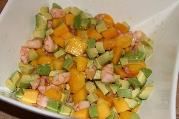 Манго и авокадо чистим, режем крупными кубиками и добавляем к креветкам.