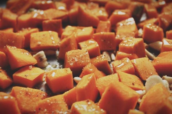 Перемешайте овощи с морской солью, паприкой и мускатным орехом (они поистине лучшие друзья тыквы!), сбрызните немного оливковым маслом и отправьте в духовку.