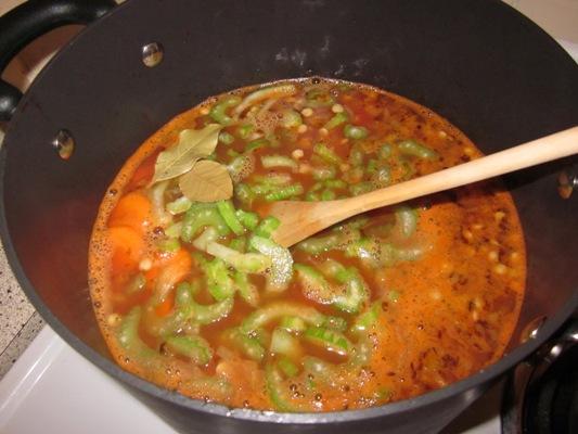 Добавьте в кастрюлю нарезанные морковь и сельдерей, а также лавровый лист, хорошо перемешайте. Доведите до кипения и, накрыв крышкой, оставьте медленно покипеть 40 минут