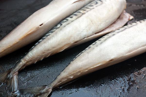 Острым ножом аккуратно разрежьте брюшко и выпотрошите рыбу. Тонкую черную пленку с внутренней стороны соскоблите ножом.  Положите рыбу на рабочую поверхность, сделайте надрез на спинке рядом с позвоночником, и, ведя нож вдоль рыбы, срежьте верхнее филе. Затем удалите позвоночник и реберные кости с второй части, вырежьте плавники.
