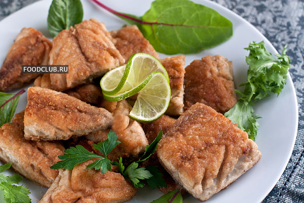 Готовую рыбу вначале переложите на бумажное полотенце, чтобы убрать лишний жир, а затем подавайте горячей со свежим салатом и дольками лимона или лайма.  Приятного аппетита!
