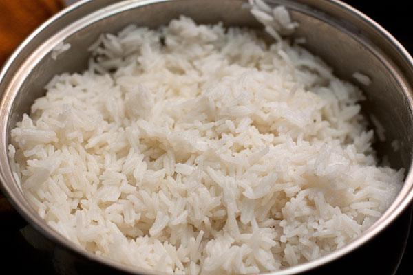 Когда вода почти впитается, уменьшите огонь до минимального, накройте чистым полотенцем, сложенным в несколько слоев и оставьте на 3-5 минут, чтобы рис стал рассыпчатым.  По желанию можете добавить немного сливочного масла. Так будет вкуснее, но калорийнее.
