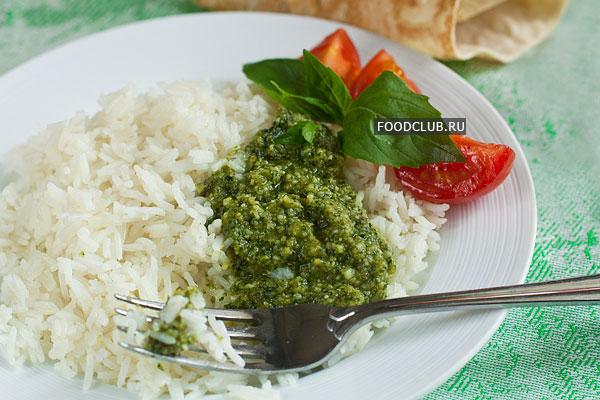 Подавайте рис в горячем виде, добавив песто. Соус можно просто выложить сверху или сразу смешать с горячим рисом, чтобы сыр в соусе мог немного подплавиться.
