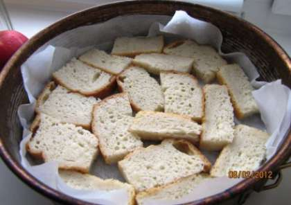 Начинаем готовить:Самостоятельно разрезаем хлеб на 4 части, толщиной по 0,8см.2 яйца взбить с 0,5л молока и 0,5 ст. сахара. Обмакнуть кусочки хлеба в полученной смеси и выложить их на пергаментную бумагу, посыпанную сухарями, в форму для выпекания.