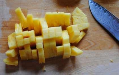 Итак, приступим. Возьмем ананас и удалим его верхнюю и нижнюю часть. Затем его необходимо разрезать на 4 части  и удалить сердцевину, так как она твердая и будет портить всю нашу красоту. Оставшуюся часть с помощью ножа отделяем от кожуры. А уж затем беремся нарезать нужные нам формы. Это могут быть формы кубиков,  ромбиков или кружочков. Все на Ваше усмотрение и вкус.