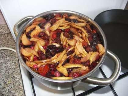 Берем кастрюльку, вливаем в нее 750 мл красного вина и 20-30 мл коньяка. Коньяк придаст глинтвейну приятный аромат. Добавляем сахар 1-2 столовых ложки.  Сахар можно заменить медом, но тогда мед нужно положить после того, как Вы приготовили напиток.Добавляем  дольки яблок, лимона, можно добавить дольки апельсина. Все это ставим на огонь и разогреваем до 70-80 градусов.