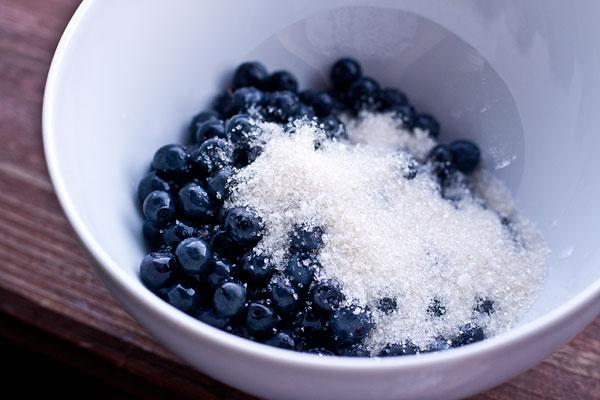 Переложите в подходящую миску, добавьте сахар. Количество сахара регулируйте по вкусу и в зависимости от сладости ягод.