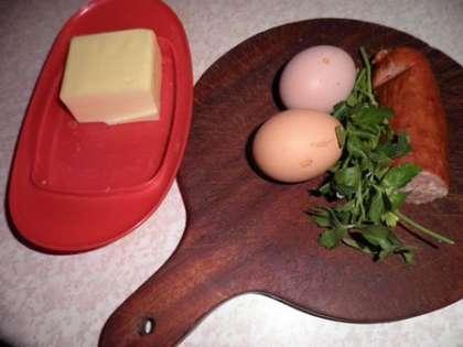 Для приготовления яичницы с колбасой нам понадобится: