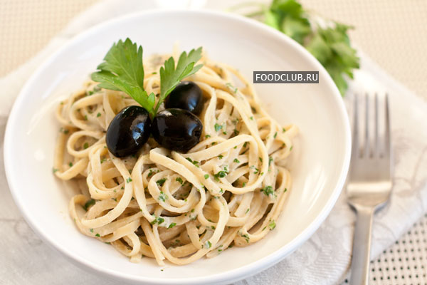 Подавайте немедленно, украсив маслинами и листочками петрушки.