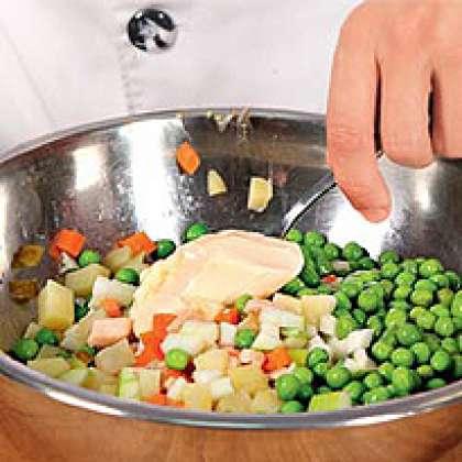 Все выкладываем в миску. Туда же добавляем консервированный зеленый горошек.Заправим салат майонезом, перемешаем, посолим по вкусу. Подождем, чтобы немного пропитался.