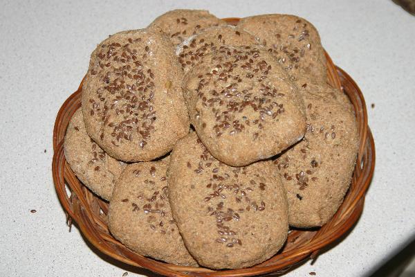 """Выпекать при температуре 190"""" 20-25 минут. Как только поставите булочки в духовку, сбрызните на её стены водой, чтоб появился пар, тогда булочки внутри будут более воздушными."""
