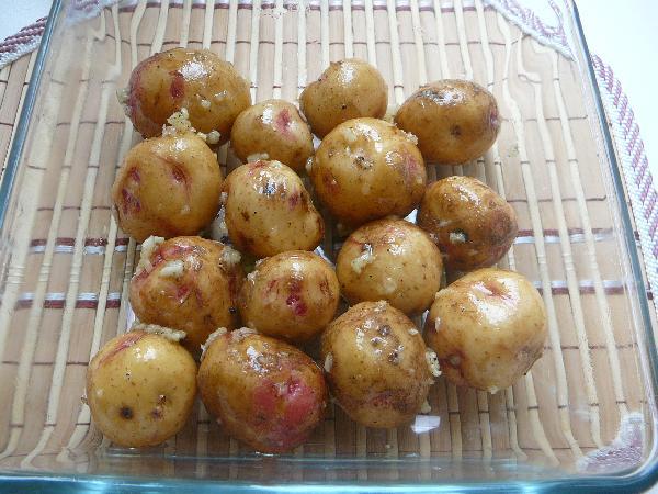 Выкладываем картофель в форму. Ставим в разогретую до 200 градусов духовку на 20-30 минут ( в зависимости от размера картофеля). На мои мини-картофелины ушло 19 минут.   Затем выкладываем на тарелку и наслаждаемся. Приятного аппетита!