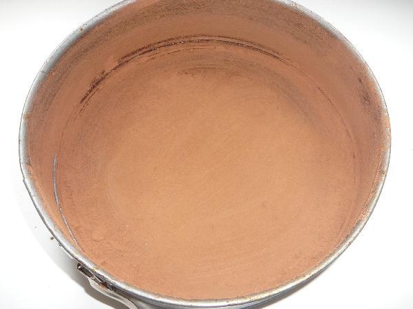 Смазываем форму сливочным маслом и присыпаем какао.