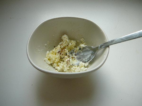 Готовим заправку. Разминаем фету с оливковым маслом до желаемой однородности, перчим свежемолотой смесью перцев.