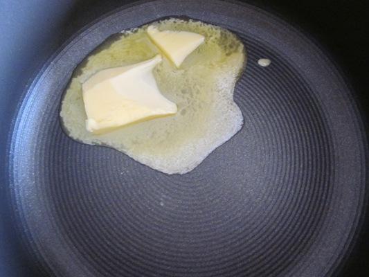 Растапливаем одну столовую ложку сливочного масла
