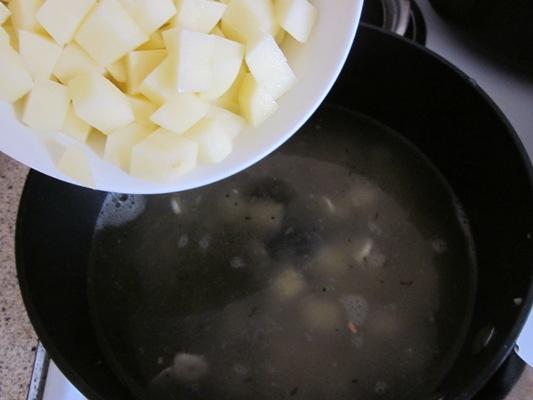 Затем добавляем горячий куриный бульон и картофель и варим 15-20 минут до готовности картофеля.