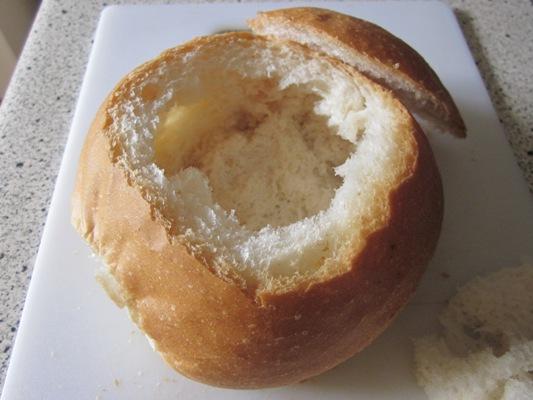 """Подать суп можно в хлебе. Я взяла то, что было под рукой, но лучше взять ржаной с твердой корочкой, чтобы такая """"тарелка"""" не размокла. Или же можно перед подачей добавить в суп сухарики. Приятного аппетита!"""