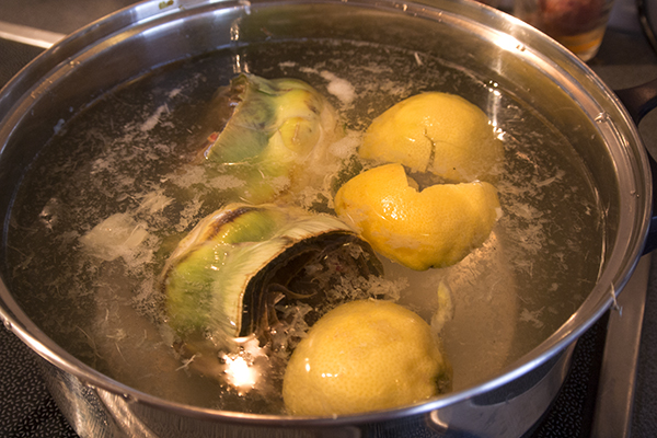 И сразу отправляем вариться, в воду добавляем сок одного лимона и ложку соли.  Также можно положить и сами лимоны, они добавят кислинки.  Время варки зависит от размера артишока, такие какие были у меня варить нужно 30-40мин, если у вас маленького размера то около 20мин.  Готовность можно ножом, сердцевина должна легко прокалываться.  Когда артишоки готовы, слить воду и дать им чуть остыть.