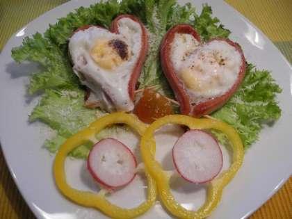 Выложить яичницу-сердечки на тарелку, украсив свежими овощами