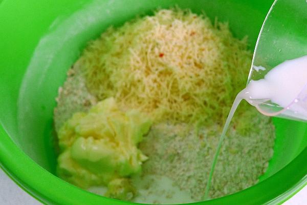 Добавить нарезанное кубиками размягченное сливочное масло и натертый на терке сыр. Влить молоко.