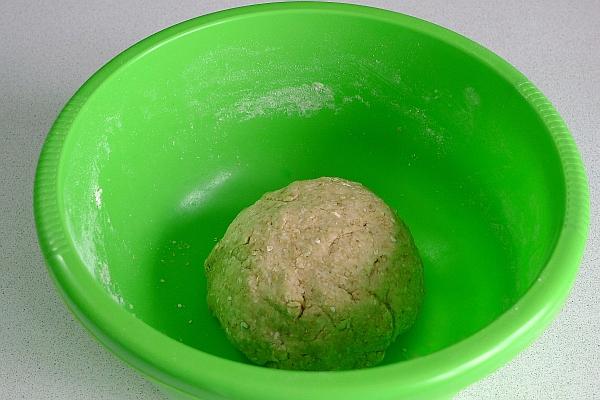 Руками вымесить тесто, при необходимости подливая ещё молоко.