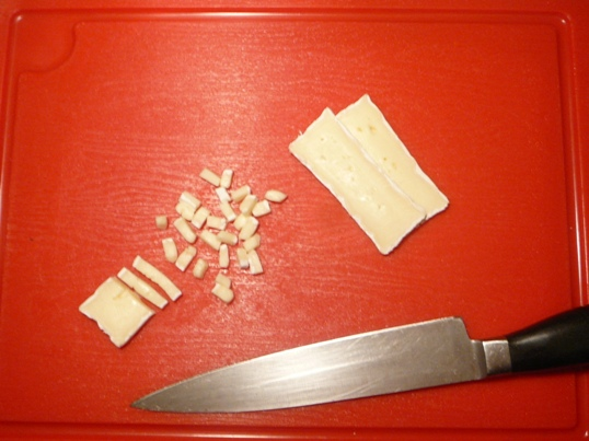Бри режем очень мелкими кубиками, добавляем в сырно-майонезную смесь.