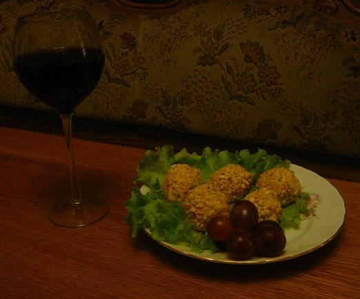 Обвалять шарики сначала в мелкопомолотых, а потом в крупносмолотых орешках. Подавать с настоящим, качественным красным вином.