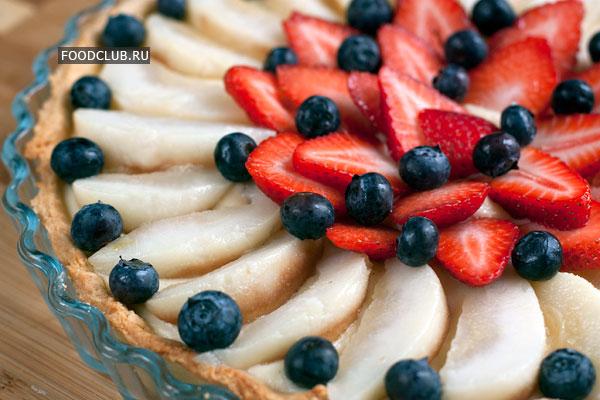 Поверх крема разложите дольки груш и ягоды.  Хранить торт можно до суток в холодильнике, но обращайте внимание на то, чтобы сохранить свежесть ягод.