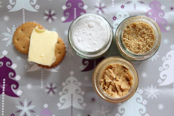 Рецепт очень прост. Вам потребуются: 1 стакан арахисового масла, 1 стакан измельченных крекеров, 1 стакан сахарной пудры и 1/8 стакана сливочного масла. В списке ингредиентов крекеры не нашла, указала как сухари. Вместо стакана можно использовать любой другой объем.