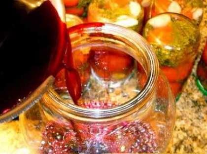 Сок черноплодной рябины перелейте в стеклянную емкость.