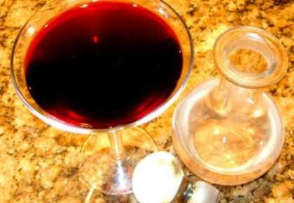 Таким образом, снимая пену, раз в два дня, и профильтровывая вино из сосуда в сосуд, в скором времени вы избавитесь от всего винного камня. После этого у вас получиться прекрасное молодое вино из черноплодной рябины. Теперь вы знаете   как приготовить домашнее РІРёРЅРѕ РёР· черноплодной СЂСЏР±РёРЅС‹ (рецепт СЃ фото).