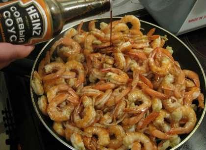После этого налейте соевый соус, а также соус терияки. Подождите, пока жидкость в сковородке закипит.