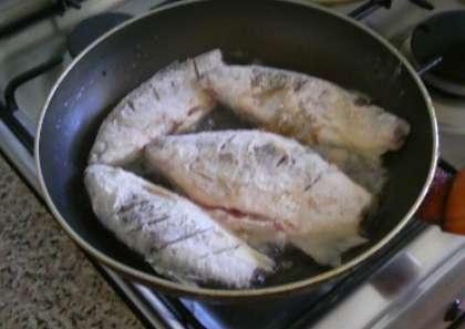 Приготовьте сковороду. Накалите в ней растительное масло. Обжарьте рыбу с двух сторон до красивой хрустящей корочки.