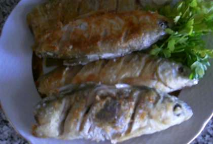 На стол подайте горячую воблу, разложенную на тарелки.  Едят ее без гарнира, однако к ней не редко подают белый соус, а также посыпают рыбу мелко нарезанной зеленью.