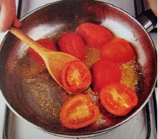 Помытые помидоры сверху надрежьте крестом. Затем бланшируйте их (окуните в кипяток на минуту, а потом в холодную воду). Потом томаты очистите от шкурки и разрежьте на две половины.Посыпать уже почти готовые томаты солью и перцем.
